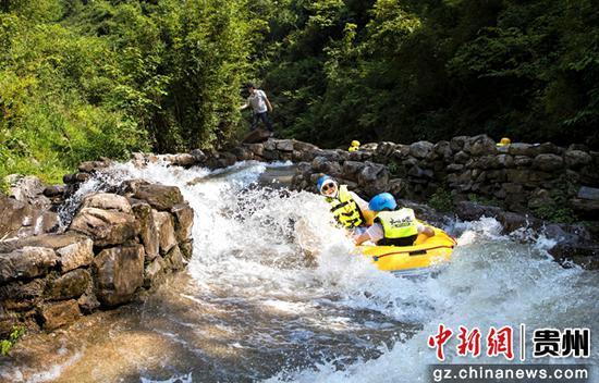 贵州黔西:深山漂流客如潮