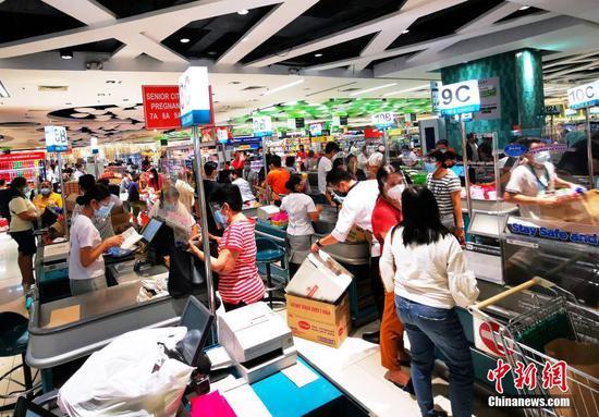 """當地時間7月31日,菲律賓首都馬尼拉CBD馬卡蒂一生活超市,市民采購副食品,備戰即將開始的第三度封城。該市將在8月6日至8月20日再度實行""""加強社區隔離"""",政府安排7月30日至8月5日為緩沖期,供各方提前準備。 中新社記者 關向東 攝"""