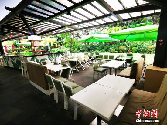 """當地時間7月31日,菲律賓首都大馬尼拉地區第三度停止餐廳堂食和外場就餐,只允許外賣。該市將在8月6日至8月20日再度實行""""加強社區隔離""""。圖為馬尼拉CBD馬卡蒂綠帶商圈某餐廳歇業。 中新社記者 關向東 攝"""