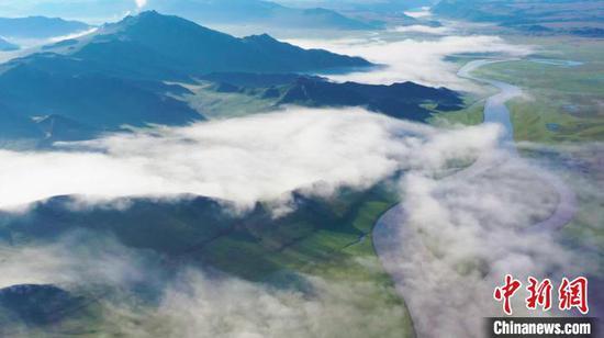 新疆巴音布鲁克草原出现奇幻云海景观