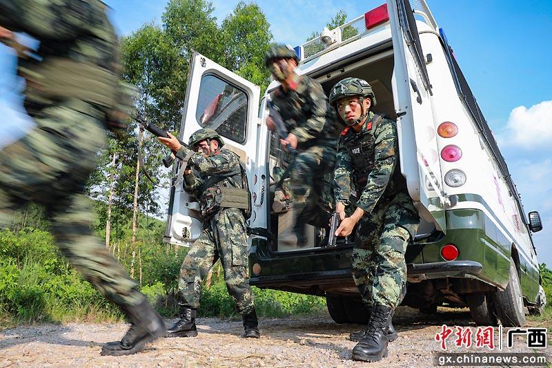 武警防城港支隊密林深處打響反恐戰斗