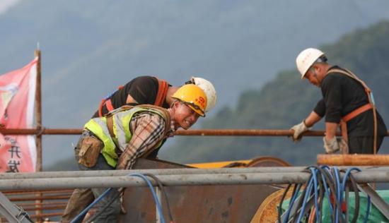 貴州:高溫下的大發渠特大橋建設者