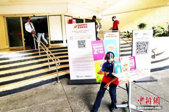 """當地時間8月6日,由于菲律賓感染德爾塔毒株病例呈上升趨勢,首都大馬尼拉地區第三度實行""""加強社區隔離"""",并將延續到20日。圖為馬尼拉CBD馬卡蒂綠帶商圈內十多家大型商場全面歇業,商場入口僅僅允許部分工作人員進入。 中新社記者 關向東 攝"""