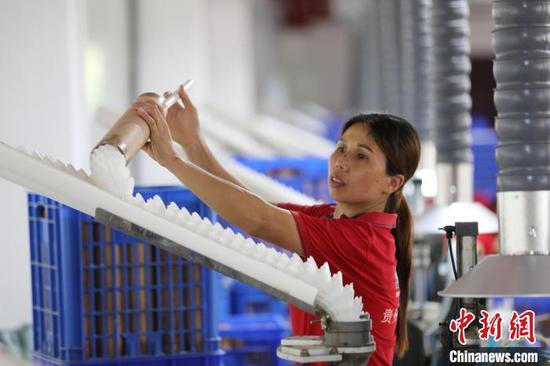 图为羽毛球生产基地。 杨晓海 摄