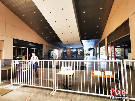 """當地時間8月6日,由于菲律賓感染德爾塔毒株病例呈上升趨勢,首都大馬尼拉地區第三度實行""""加強社區隔離"""",并將延續到20日。圖為馬尼拉CBD馬卡蒂綠帶商圈所有出入口均以""""鐵馬""""封鎖,商圈內十多家大型商場全面歇業。 中新社記者 關向東 攝"""