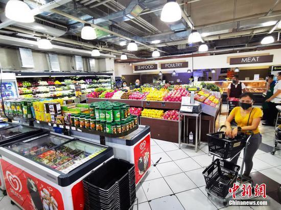 """當地時間8月6日,由于菲律賓感染德爾塔毒株病例呈上升趨勢,首都大馬尼拉地區第三度實行""""加強社區隔離"""",并將延續到20日。圖為馬尼拉CBD馬卡蒂綠帶商圈一生活超市,從上午10時到下午5時仍提供服務。中新社記者 關向東 攝"""
