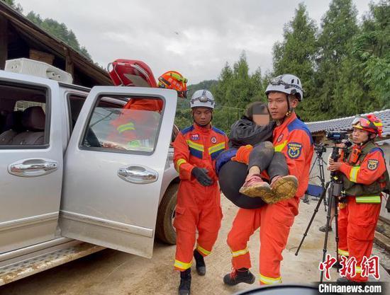 圖為消防員成功營救被困驢友?!〗楆柨h消防救援大隊 供圖