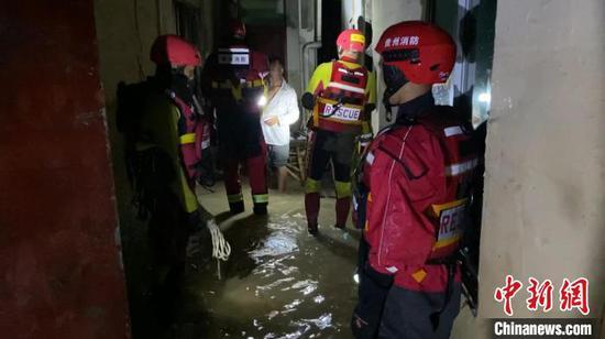 圖為消防員在房屋內進行搜救?!〗楆柨h消防救援大隊供圖