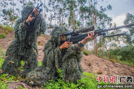 8月9日,狙擊手相互掩護觀察目標。果志遠 攝