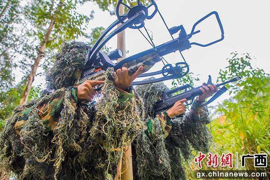 8月9日,武警特戰隊員相互掩護觀察目標。果志遠 攝