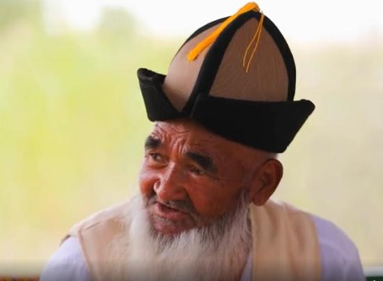 在新疆尉犁县罗布人村寨遇见百岁罗布老人