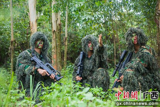 8月9日,武警特戰隊員研究地形。果志遠 攝