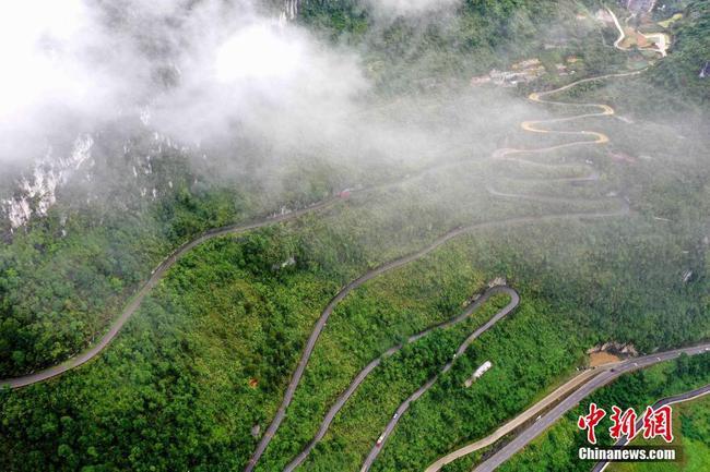 廣西鳳山:群山峻嶺修天路