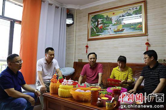 俞得順(右一)韋文君(左二)在西林縣城西社區殘疾人家中調研。楊小漫 攝