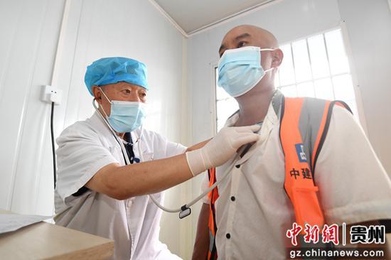 8月12日,貴州退休醫師醫院的醫護人員正在為中建二局的建筑工人檢查身體。