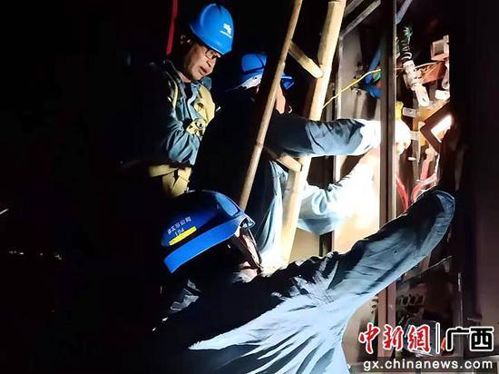 崇左供電公司黨員服務隊開展夜間搶修。盧卓景 攝
