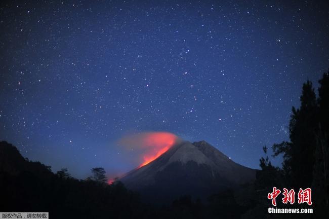 印尼火山熔巖噴涌而出 與星空相輝映