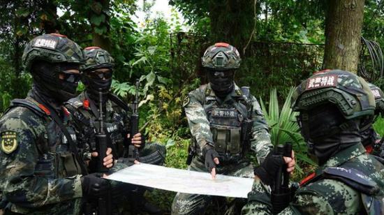 武警黔西南支队官兵开展城市反恐演练