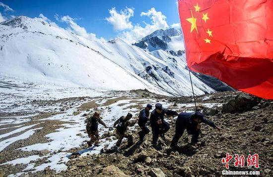 新疆民警、护边员海拔4000余米高寒山区踏雪巡边