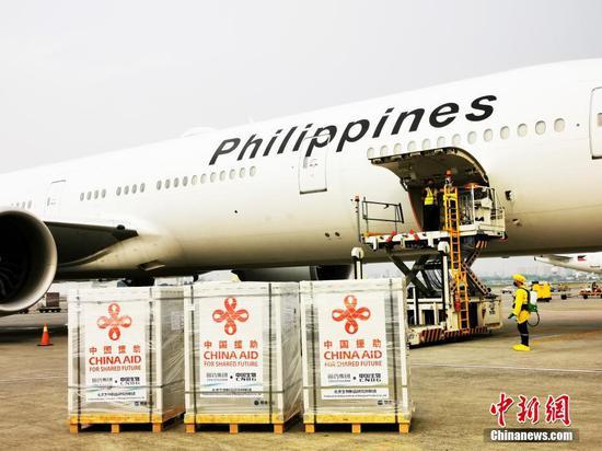 当地时间8月20日,中国政府援助菲律宾的新一批新冠疫苗运抵马尼拉。 中新社记者  关向东 摄