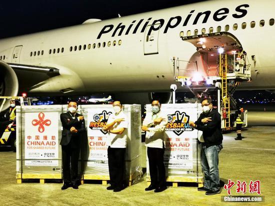 当地时间8月20日,中国政府援助菲律宾的新一批新冠疫苗运抵马尼拉。图为中国驻菲律宾大使黄溪连(左一)、菲律宾卫生部长杜克(左二)等在马尼拉国际机场进行疫苗现场交接。 中新社记者  关向东 摄