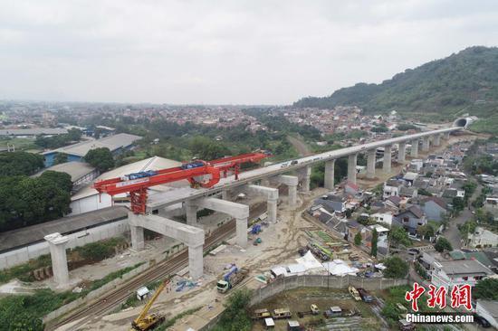 8月22日,印尼雅万高铁4号梁场万隆往雅加达方向DK1114桥上,高铁全线唯一一处上跨印尼既有铁路箱梁架设完成,标志着项目建设又一重大高风险工程施工取得突破。图为已完成架设的箱梁。(无人机照片) 中新社发 王增堃 摄