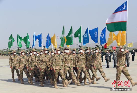开幕式安排了入场式、升旗仪式等内容,仪式结束后还进行了军事课目演示。王小军 摄