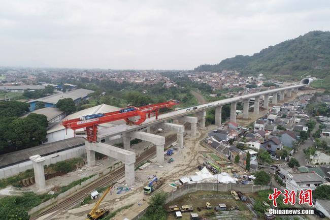 印尼雅萬高鐵唯一跨既有鐵路箱梁完成架設