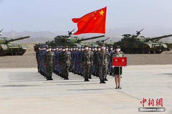 """8月22日,""""国际军事比赛-2021""""中国库尔勒赛区开幕式举行。中外嘉宾、裁判员、参赛队员、官兵代表参加。开幕式安排了入场式、升旗仪式等内容,仪式结束后还进行了军事课目演示。王小军 摄"""