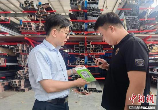"""某企业负责人通过扫一扫""""贷款码""""申请贷款。 人民银行杭州中心支行供图"""