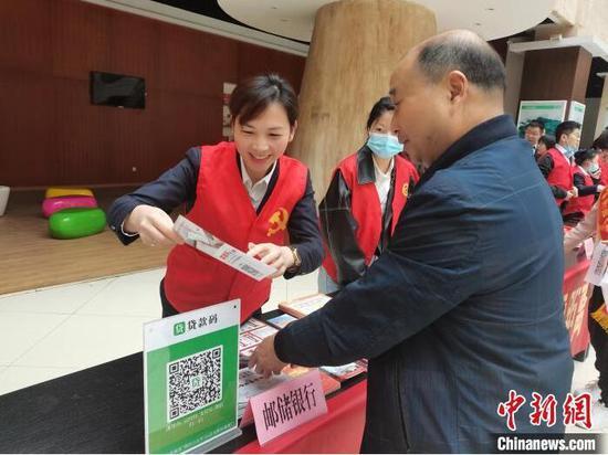 """银行工作人员推广""""贷款码""""。 人民银行杭州中心支行供图"""