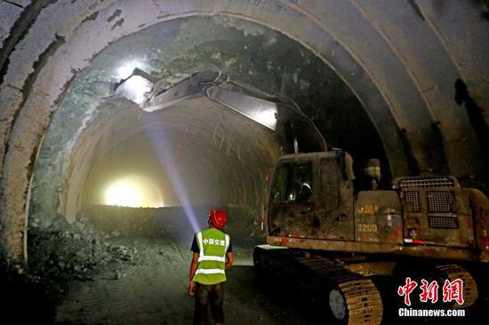 新疆哈密特长隧道连通天山南北