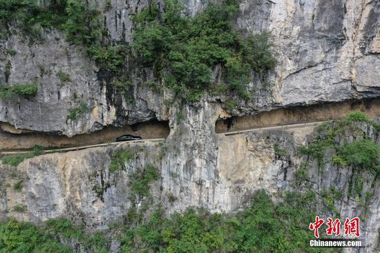 """航拍貴州赫章懸崖上的""""掛壁公路"""""""