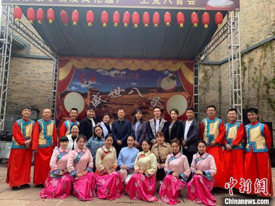 张红艳(后排中)与昌吉的艺术团、山西的八音会演职人员合影。 受访者供图