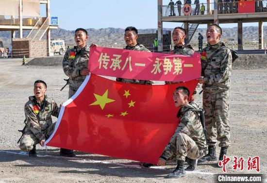 中国参赛队队员赛后与国旗合影。 张永进 摄