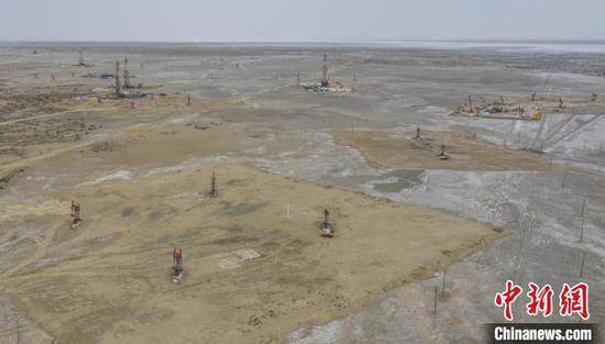 图为位于新疆北部的玛湖地区油田产能建设如火如荼。 司严历 摄