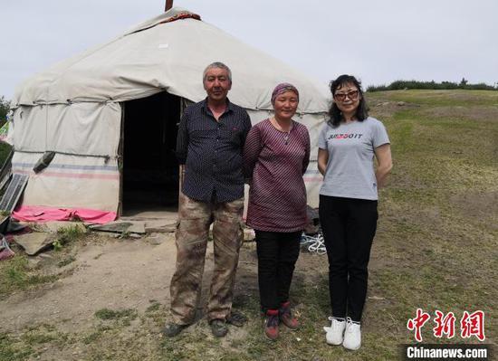 张红艳在木垒哈萨克自治县考察时与牧民合影。 受访者供图