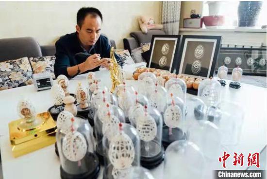 甘肃省酒泉市金塔县人田吉文运用阴刻、阳刻、浮雕、镂空雕等多种手法,创作精美作品。(资料图) 卢玉 摄