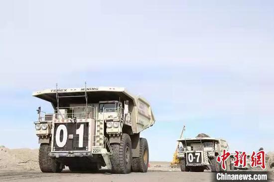 图为电铲车将货物装车。 牛志田 摄