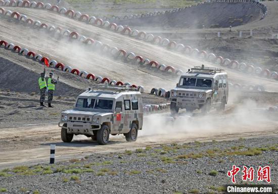 中国参赛队和乌兹别克斯坦参赛队驾驶车辆飞速行进。 罗兴仓 摄