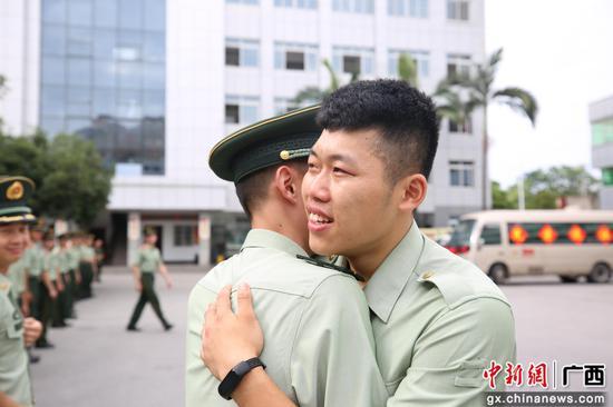 武警柳州支队举行2021年度夏秋季退役士兵向军旗告别仪式