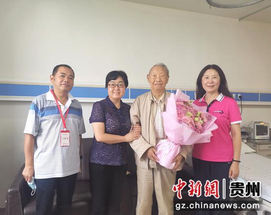 省委统战部副部长、省委台办主任刘睿(左二),省台联会长曾力群(右一)与老台胞黄威廉合影(右二)  省台联供图