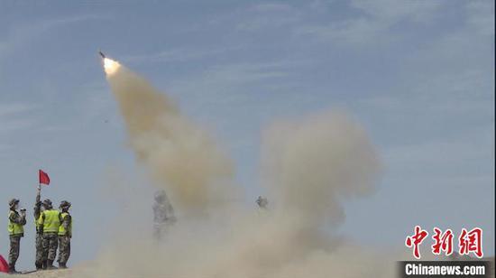 多能赛上,中国海军参赛队发射导弹对模拟空中目标迎攻射击。 王浩 摄