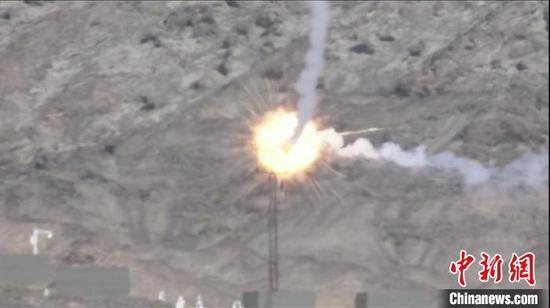 多能赛上,中国海军参赛队发射导弹命中模拟直升机靶标。 王浩 摄