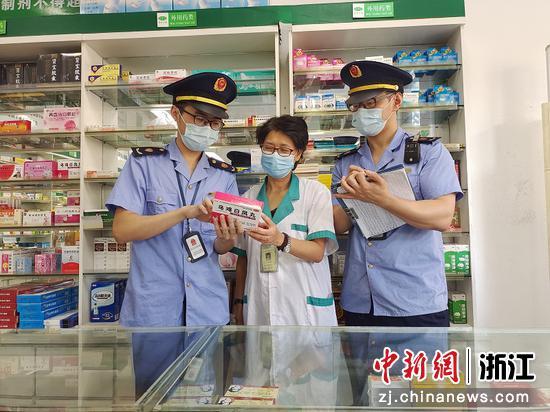 台州市市场监督管理局监管人员在药店检查。  陈鸯鸯 摄