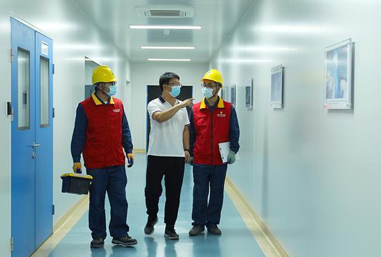 9月2日,新疆乌鲁木齐供电公司员工李连峰、安志伟走访天康生物制药有限公司,并开展安全用电检查。孙雪桐 摄