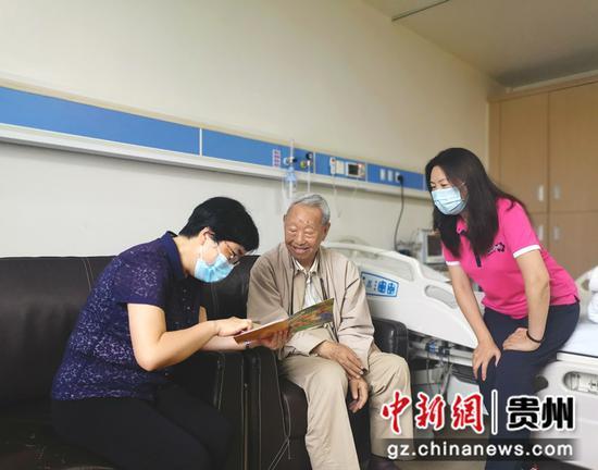 刘睿向黄威廉了解生活和身体状况  省台联供图