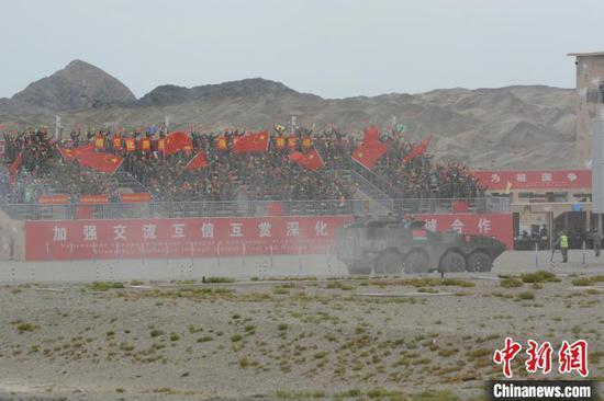 中国海军参赛队完成综合赛后通过看台。 王浩 摄
