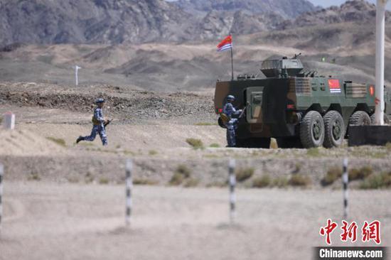 技能赛中,中国海军参赛队完成自动步枪射击。 王浩 摄