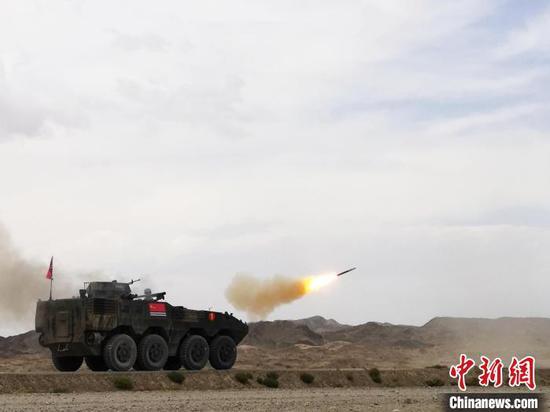 综合赛上,中国海军参赛队发射导弹对模拟直升机靶标射击。 王浩 摄